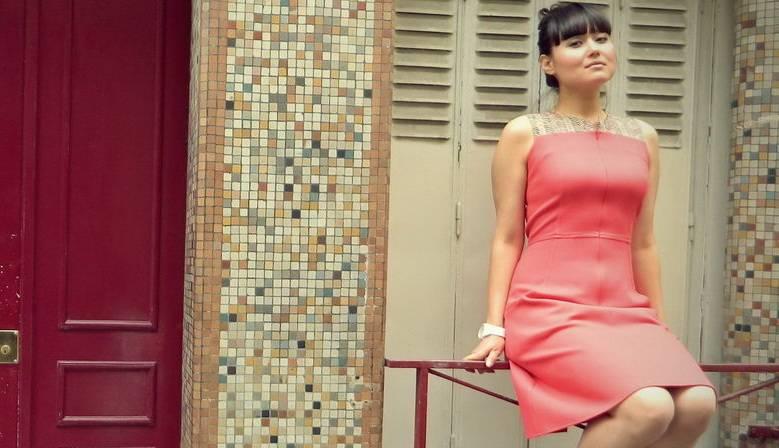 La ROBE GLORIA est une robe sans manches cintrée à la talle, longueur genoux, avec un zip invisible sur le devant et de grandes poches sur les cotés.